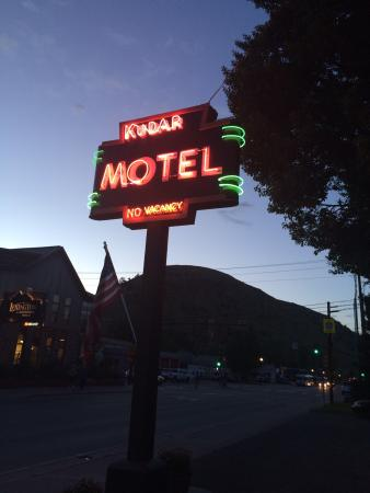 Kudar Motel & Cabins: Inexpensive accommodations right down town.