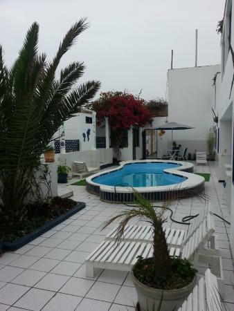 Punta Negra, Peru: mini piletin.. si hay mas de dos habitaciones alquiladas te conviene bañarte en la ducha