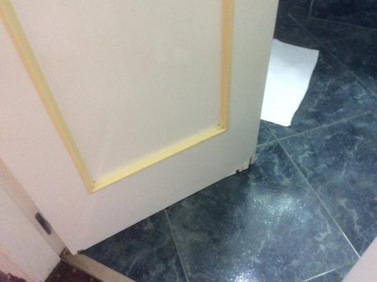 Hotel Villa de Laredo: Bathroom door