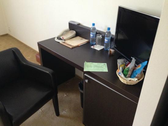 Kaluga Plaza: Стол с телевизор и мини-баром