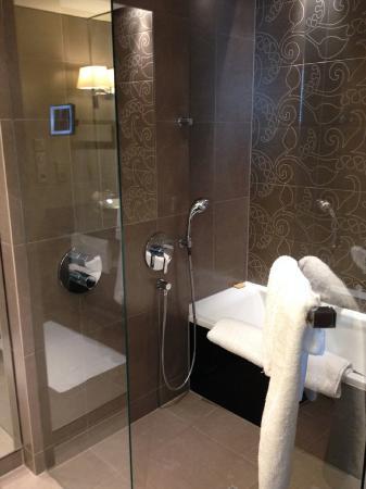 bad mit dusche badewanne bild hyatt regency düsseldorf