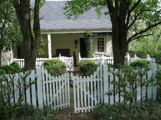 Scottwood Bed and Breakfast : Back Entrance and Garden