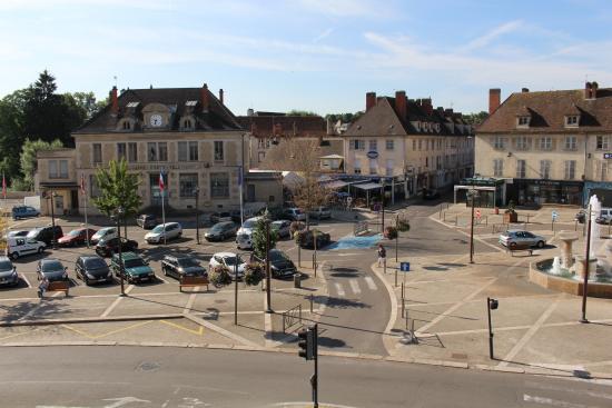 Hotel le Saint Vorles: La place de l'hôtel de Ville vue de la chambre