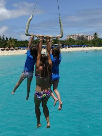 bahía de Simpson, St. Maarten: Grandchildren swinging with Diane