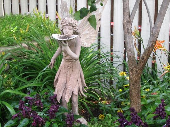 Aurora Staples Inn: Garden fairy