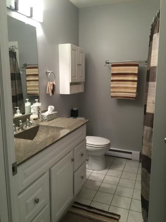 Academy Bed & Breakfast: Shared Washroom - Freshman and Sophomore Rooms