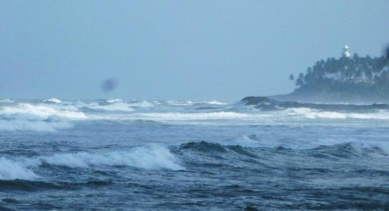 Bentota, Sri Lanka: Rough seas