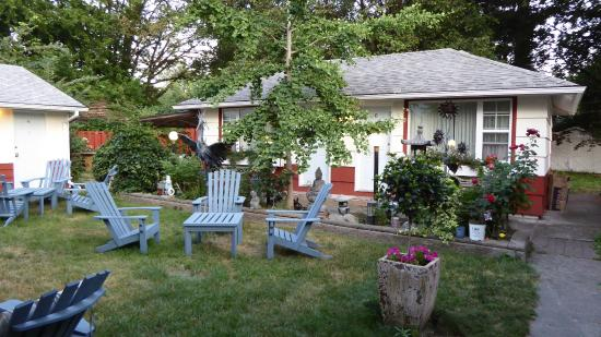 The Village Motel: Rooms around a flowering garden with seating areas