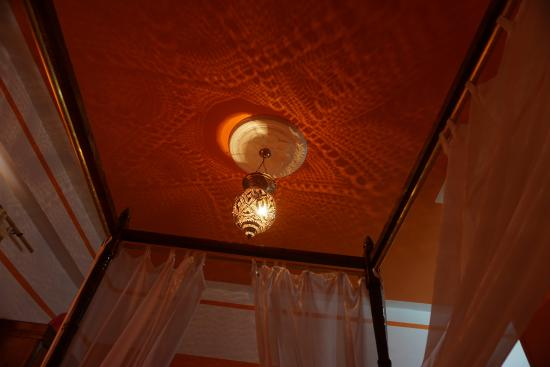 Cleopatra Hotel Luxor: The light above our bed. Really added romantic ambiance