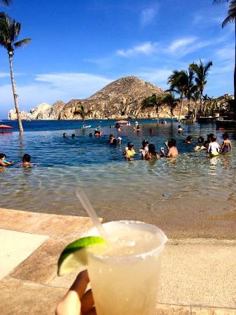 Hacienda Beach Club & Residences: Drinks and a view!