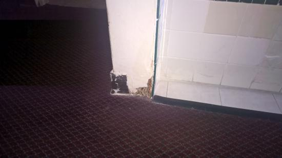 Seaway Motel: Missing wall trim