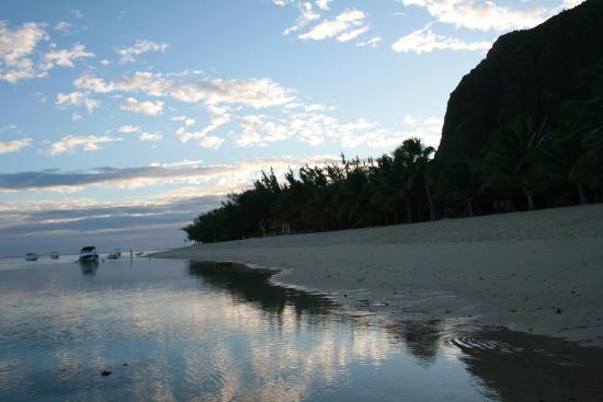 LUX* Le Morne: Dawn view of the beach