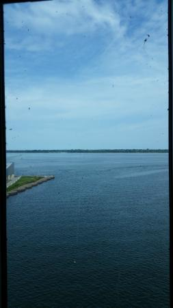 Sheraton Erie Bayfront Hotel: Dirty window :(