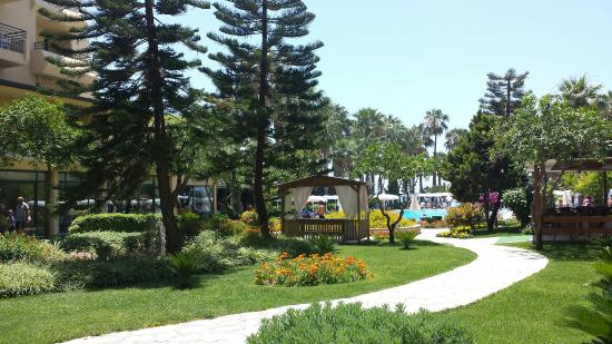 Meryan Hotel: Pool and garden.