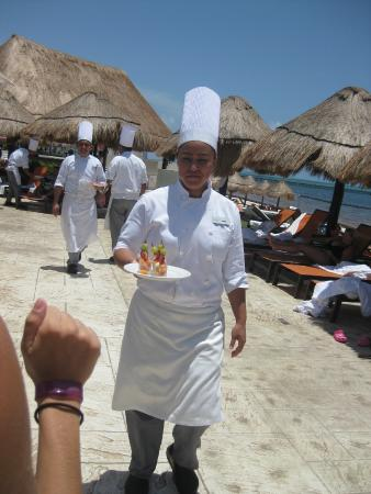 Moon Palace Cancun: Loved our visit from food/beverage staff every day!