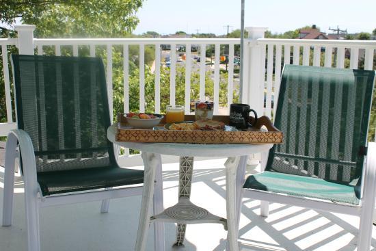 Inn The Gardens B&B: Scrumptious breakfast on a private balcony
