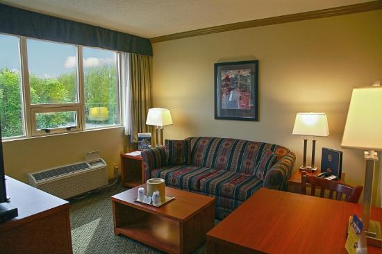 Best Western Plus Barclay Hotel: Sitting area for the our Double Queen suite