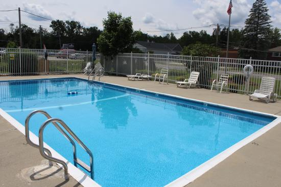 Howard Johnson Express Inn - Lenox: Pool Area
