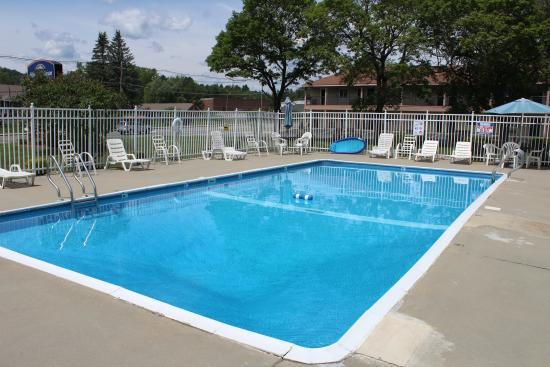 Howard Johnson by Wyndham Lenox: Pool Area