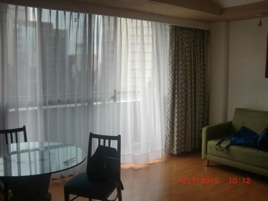 Hotel Palace: Sala de estar con sillon y TV plana