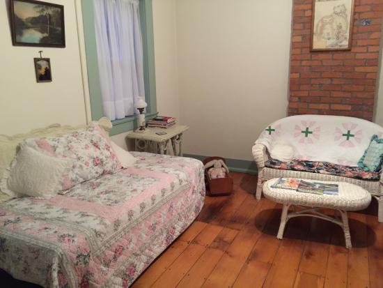 Amanda, OH: Day Bed in Sitting Room