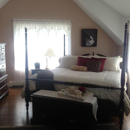 Above the Bay at Thornton Adams Bed and Breakfast: Comfortable king size bed