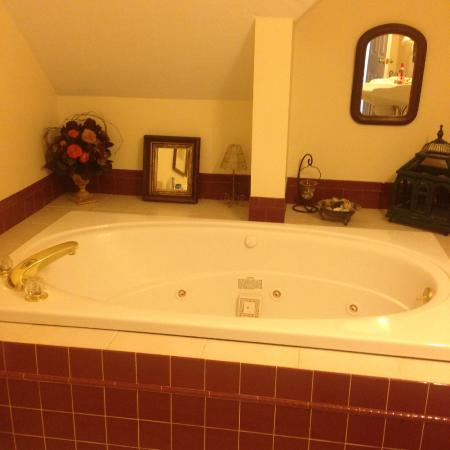 Above the Bay at Thornton Adams Bed and Breakfast: Jacuzzi tub in king room