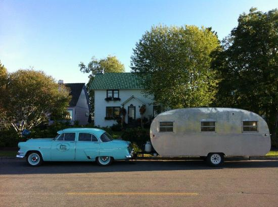 Oscar Gill House Bed and Breakfast: Classic car, caravan and home