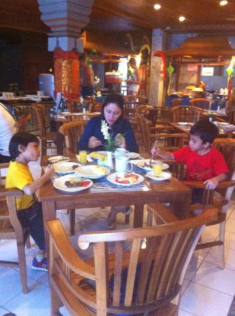 Wina Holiday Villa Hotel: Breakfast