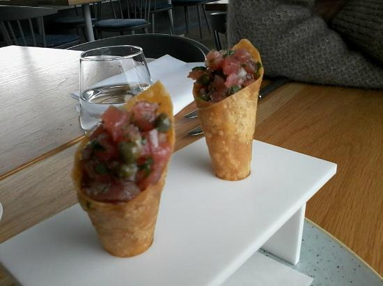 Regatta Restaurant & Bar: Amuse bouche - tuna tartare mini cornets