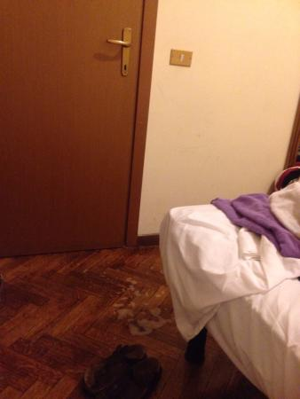 Hotel Medea: The most disgusting hotel! The room is flooded because of the shower!