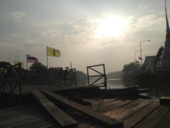 Si Prachan, Thailand: สะพานข้านจากฝั่งตลาดศรีประจันต์ไป ยังวัดบ้านกร่าง