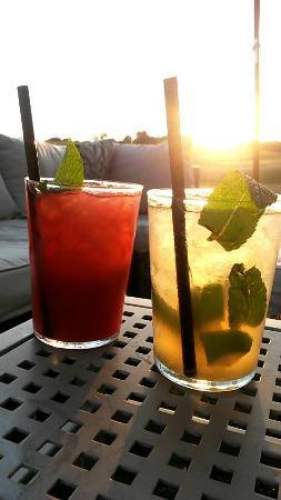 Mojitos au coucher du soleil (salon de jardin en terrasse) - Picture ...