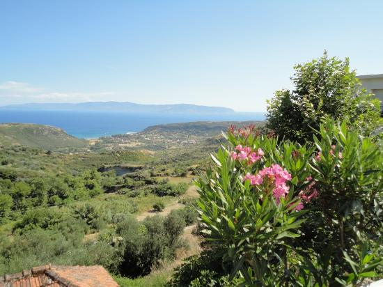 Filoxenia Apartments: View over Katelios across the sea to Zakibthos