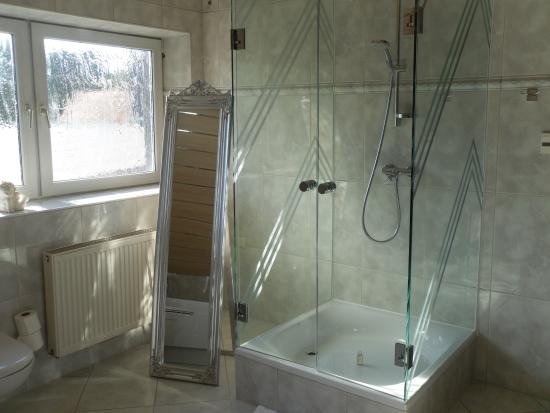 Gersthofer Auszeit - Hotel & Apartments: suite shower