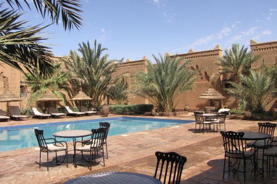 Kasbah Tizimi: Bereich des Pools mit angrenzenden Liegeflächen und eingeschossigen Gebäuden mit Zimmern und Sui