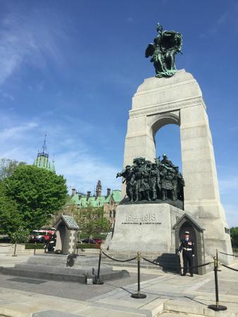 Ottawa, Canadá: In A Clear Blue Sky