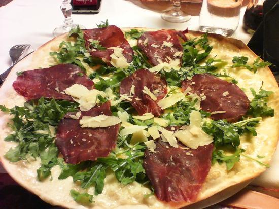La favolosa pizza bianca con bresaola rucola e grana picture of