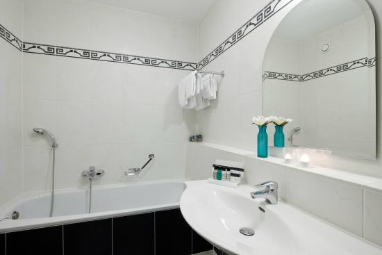 Badkamer met douche en bad apart - Foto van Van der Valk Hotel ...