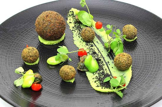 escargots des alpilles en croquettes coulantes de basilic salade de f ves et billes de poivrons. Black Bedroom Furniture Sets. Home Design Ideas
