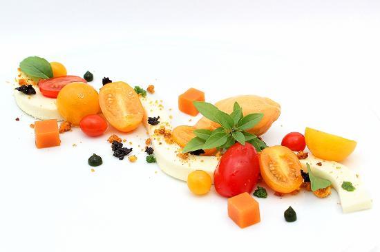 Restaurant Hiely Lucullus: Tomates de Provence multicolores parfumées à l'huile de basilic, pannacotta à la Mozzarella ...