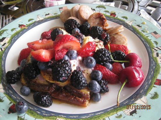 Ellsworth, มิชิแกน: French toast, fresh fruit and cherry sausage entree
