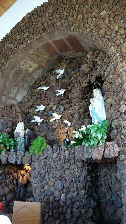 Santa Maria, Portugal: O altar. . .
