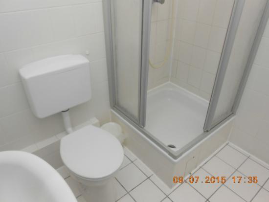 Hotel Ansbach : Badeværelset, pænt, rent og masser af varmt vand