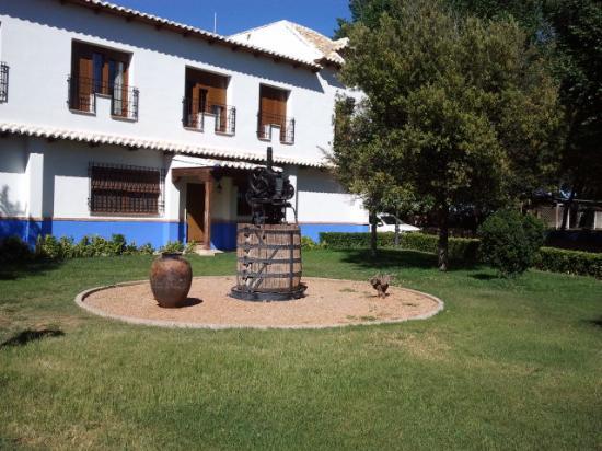 Hotel El Cortijo de Daimiel: old wine press with rooms above, with juliette balconies