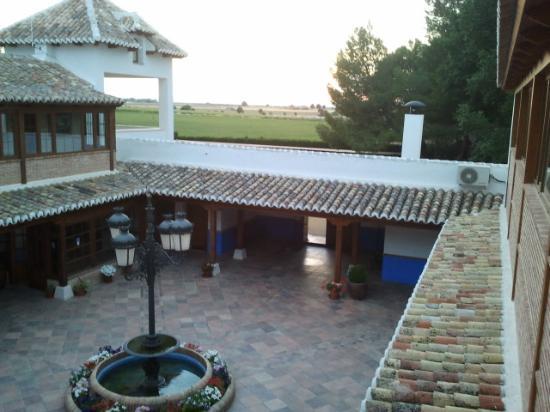 Hotel El Cortijo de Daimiel: View from the upper glass surround corridor to fields