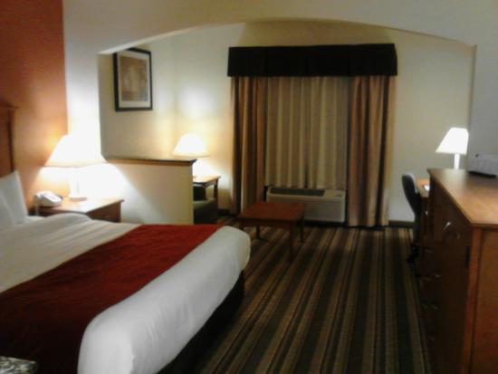Baymont by Wyndham Marion: Room 113 - from entrance