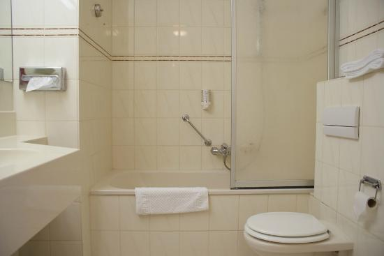 Ervaringen Uniek Keukens Roermond : Badkamer Foto van Fletcher Landhotel Bosrijk Roermond