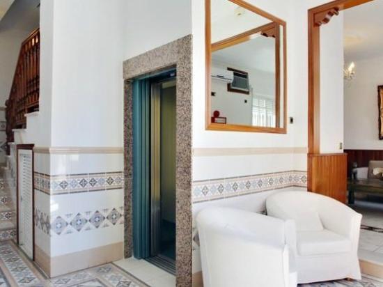 Apart-Hotel La Palmera: Lift & hall