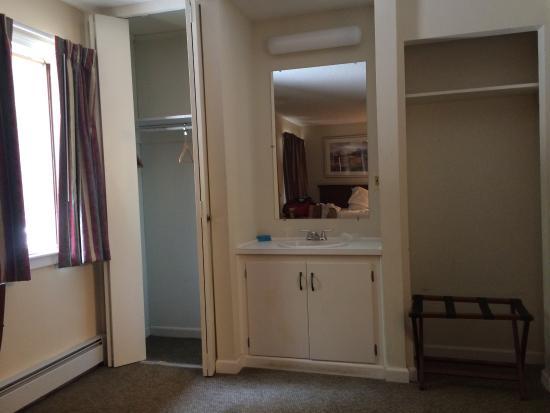 The Upper Pass Lodge: sink in bedroom